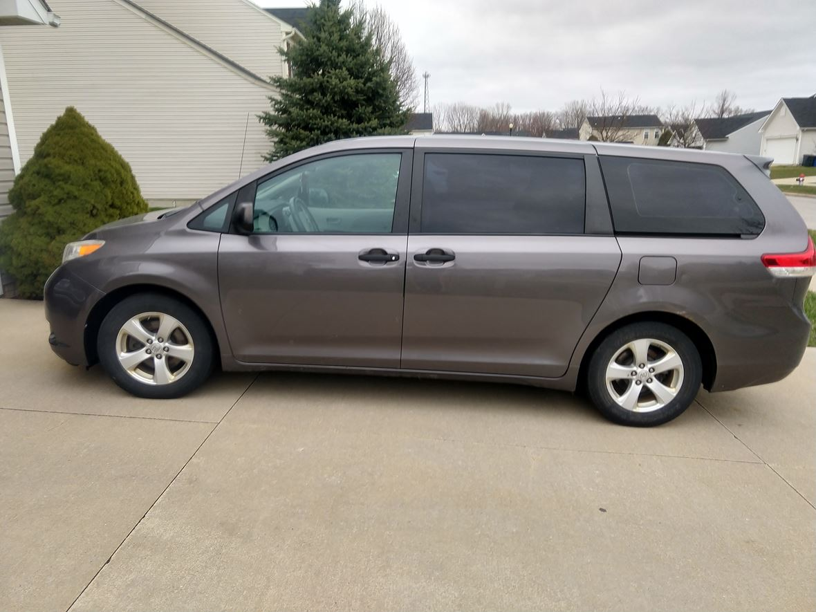 2011 Toyota Sienna for sale by owner in Painesville